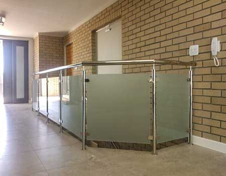 GLASS-BALUSTRADE-WITH-SS-UPRIGHTS-&-TOP-RAILeo450